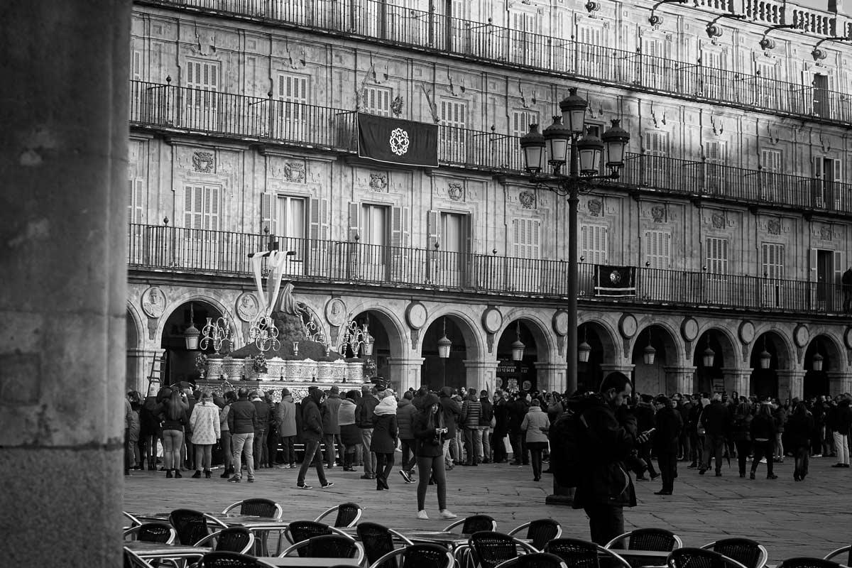 Hermandad Dominicana en paso de Semana Santa por Salamanca