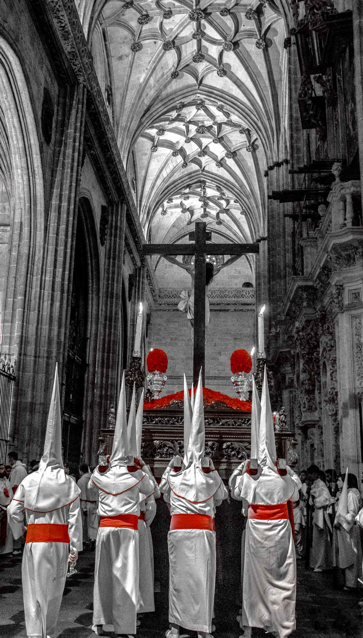 Cristo Yacente entrando en la catedral de Salamanca