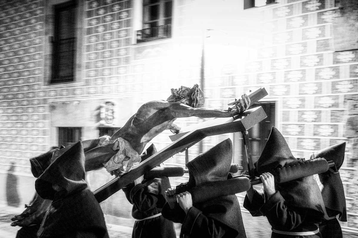 Fieles llevando a Cristo hermandad Franciscana
