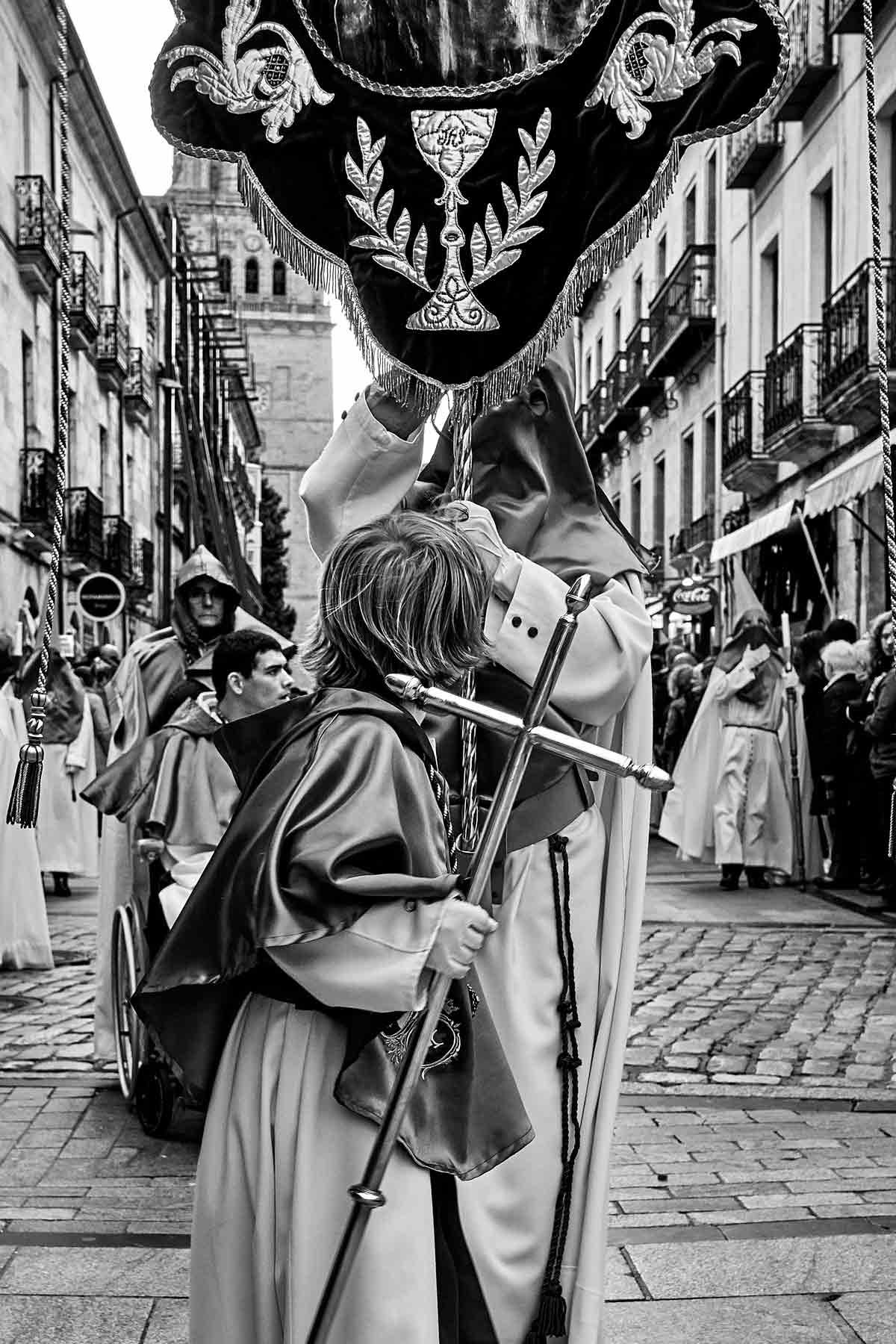 Niño en procesión con el Huerto de los olivos
